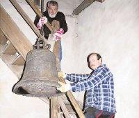240 Kilogramm transportieren sich nicht so einfach durch die engen Treppengänge der Kirche. Foto: Privat