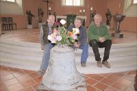 Bernd Wolf, Glockbaumeister Rolf Klietz (Mi.) und Henning Bollmann mit der reparierten Glocke in der Kirche. Foto: Privat